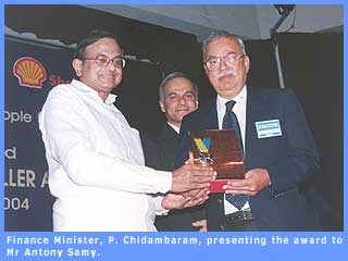 Picture of Finance Minister, P. Chidambaram, presenting the award to Antony Samy.
